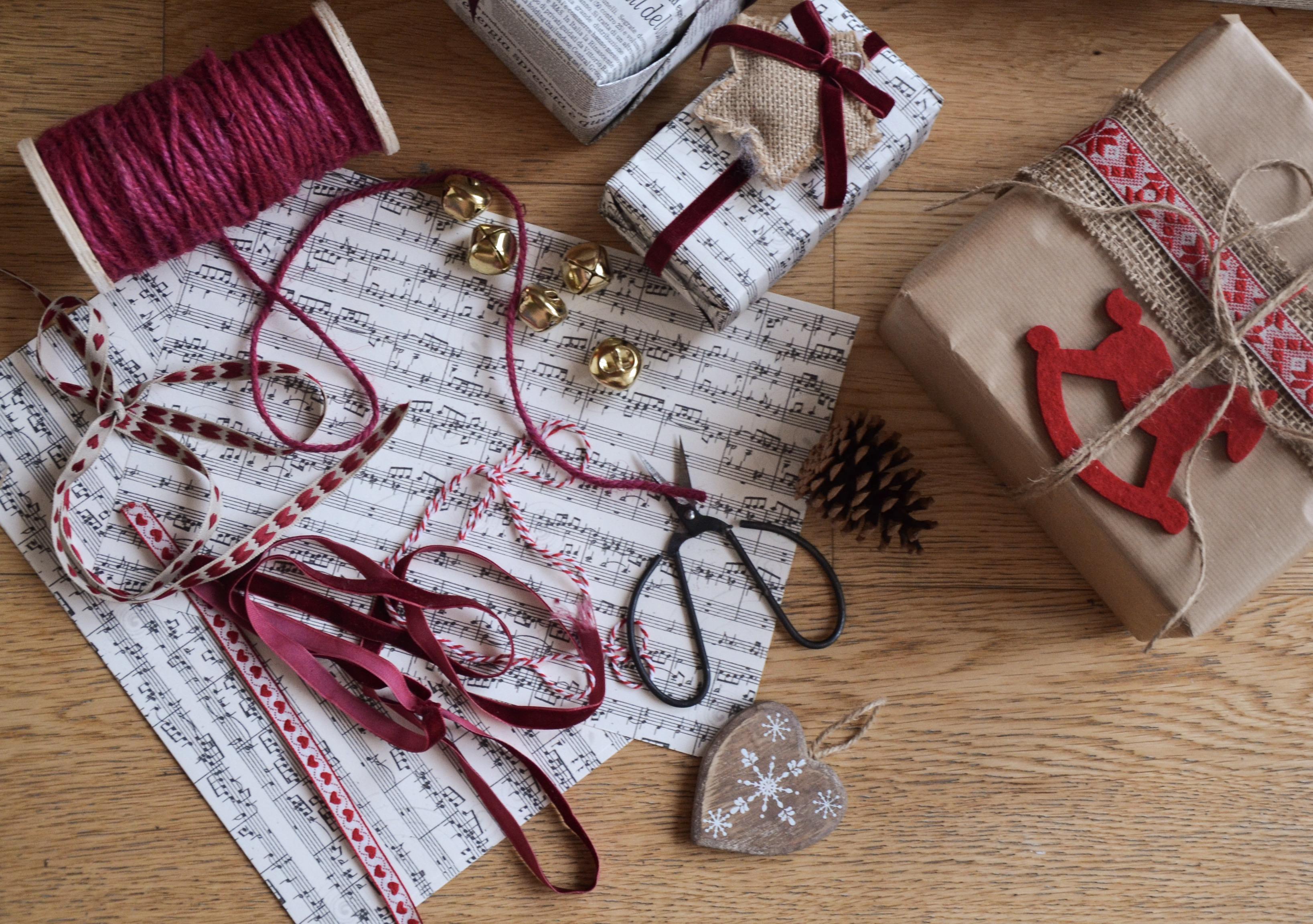Come Fare Pacchetti Natalizi come decorare i pacchetti natalizi. idee e spunti