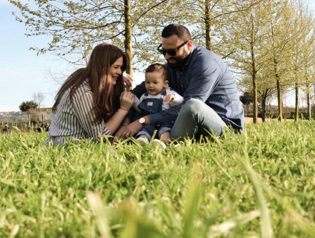 Sulle spalle di papà. Una giornata al parco per noi tre.